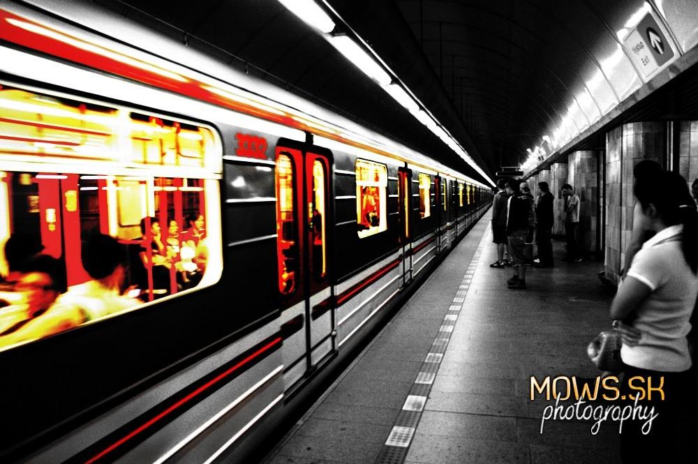 metro vlak nástupište vozeň